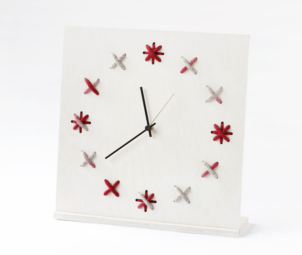 https://puredomus.com/wp-content/uploads/2017/01/Clock-X_35x35cm_whitegrey-bright-red-002.jpg